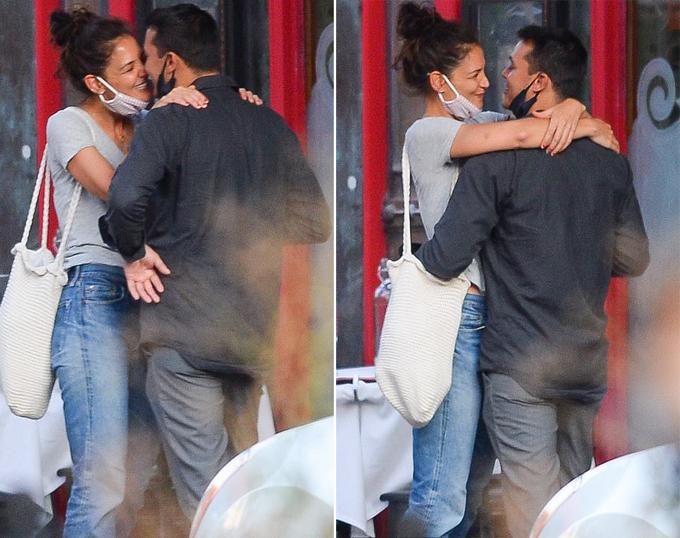 Tối 8/9, Katie Holmes đến nhà hàng Emilios Ballato thăm người yêu - nơi anh làm đầu bếp và quản lý. Nữ diễn viên ôm chầm Emilio Vitolo Jr khi gặp anh ở ngoài cửa.
