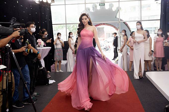 Hoa hậu Khánh Vân tự tin catwalk khi trở thành đại sứ thương hiệu nhãn hàng viên uống trắng da.