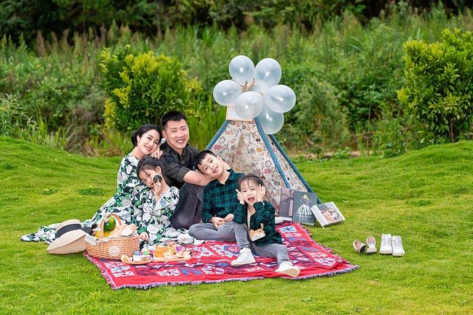 Ốc Thanh Vân hạnh phúc bên chồng và ba con.