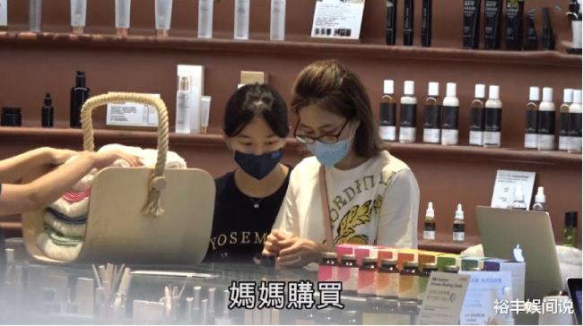 Mẹ con Quan Vịnh Hà trở thành bạn shopping từ nhiều năm nay, lúc nào họ cũng đi mua sắm, đi chơi với nhau. Cô con gái tuổi teen được cho là ít bạn bè, chủ yếu cận kề mẹ.