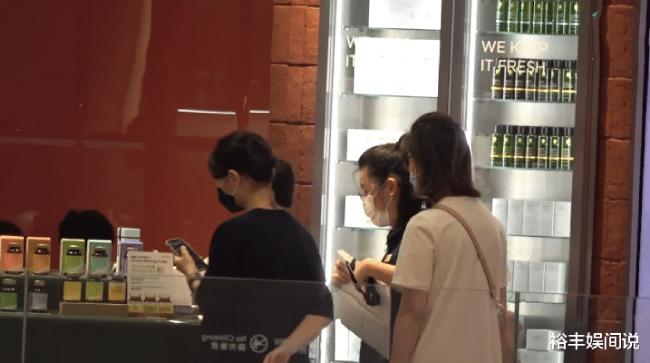 Quan Vịnh Hà và Trương Gia Huy là cặp đôi vàng của màn ảnh Hong Kong, cả hai sống hạnh phúc, chung thủy suốt nhiều năm bên nhau.Hai người hẹn hò từ 1993. Năm 2003, qua nhiều sóng gió, hợp tan, hai người bí mật đăng ký kết hôn tại Australia. 3 năm sau, Quan Vịnh Hà sinh bé gái đầu lòng, đồng thời rút lui khỏi làng giải trí.