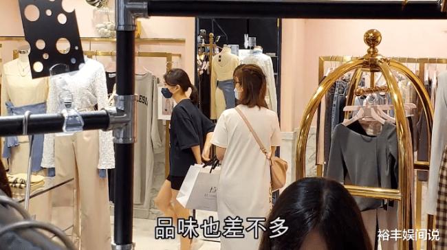 Truyền thông Hong Kong đăng tải ảnh mẹ con Quan Vịnh Hà đi mua sắm ở khu Causeway Bay, Hong Kong hôm 9/9. Hai mẹ con rẽ vào nhiều tiệm thời trang, mỹ phẩm, sau đó trở ra với lỉnh kỉnh túi xách. Chồng Quan Vịnh Hà, Trương Gia Huy hiếm khi nào xuất hiện cùng hai mẹ con.