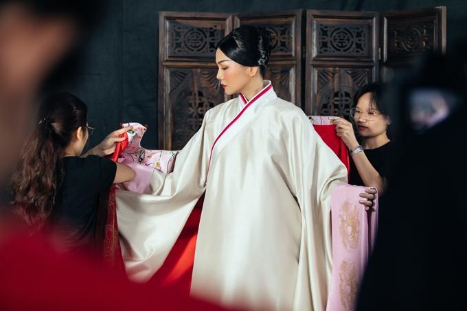 Thanh Hằng được êkíp phục trang hỗ trợ mặc đồ.