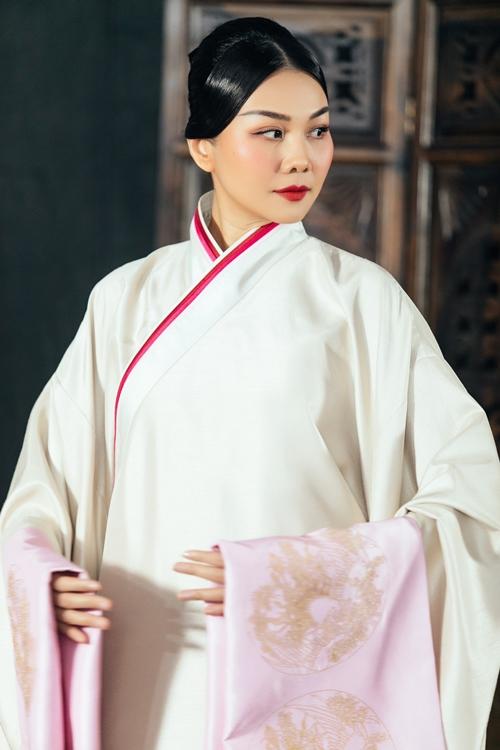 Ngoài sức nặng về trọng lượng trang phục, Thanh Hằng còn mang gánh nặng tâm lý khi đảm nhận vai diễn bậc mẫu nghi thiên hạ.