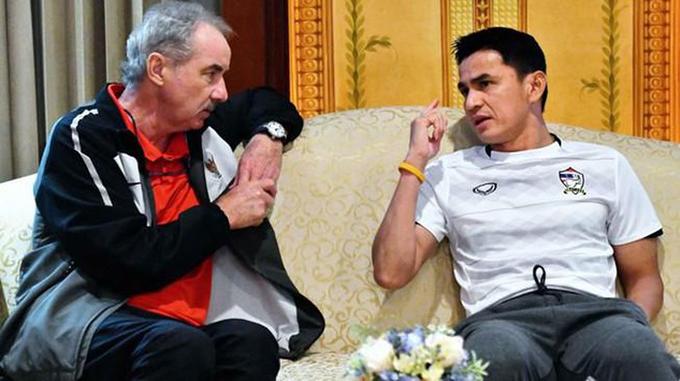 HLV Alfred Riedl và Kiatisuk trò chuyện trong cuộc gặp gỡ tại AFF Cup 2016. Ảnh: ASC.