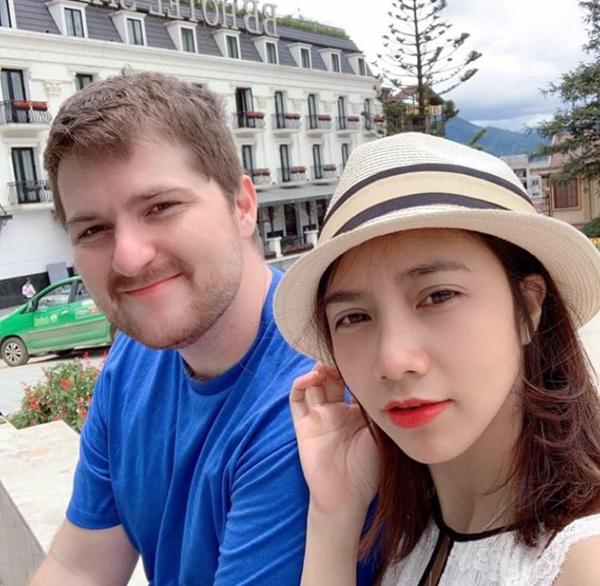 Không chỉ trong công việc, đường tinh duyên của Vũ Thị Hoa sau cuộc phẫu thuật thẩm mỹ cũng nở hoa. Cô đã kết hôn cùng bạn trai ngoại quốc, cùng xây dựng gia đình nhỏ hạnh phúc.