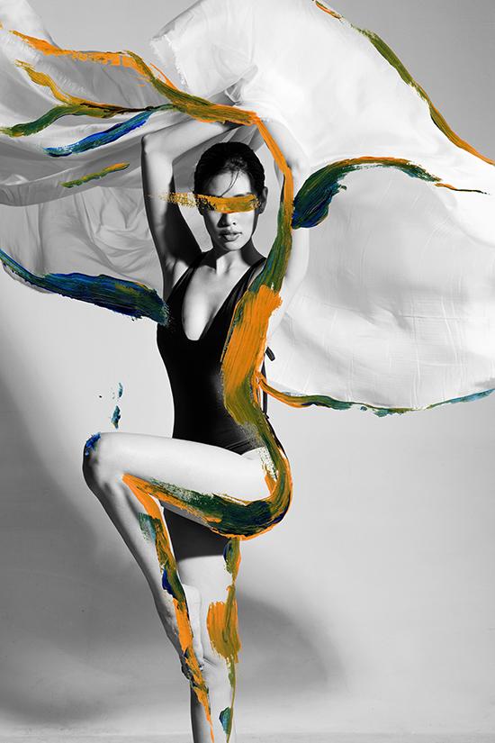 Bộ ảnh mang tên 'More than just a curve' tôn vinh sự phóng khoáng, tự do của người phụ nữ. Nhiếp ảnh gia Zach Trần thực hiện.