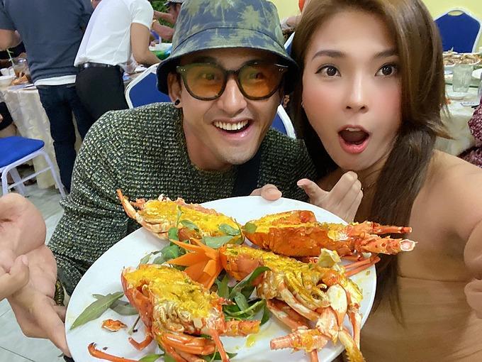 Vợ chồng Lương Thế Thành - Thúy Diễm tranh thủ pose hình khi dự tiệc mừng phim mới đạt top rating cả nước.