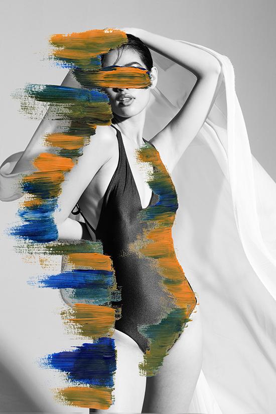 Khánh Vân thần thái, biểu lộ cảm xúc từ hình thể. Cô che đôi mắt bí ẩn, kết hợp tạo dáng với lụa, thể hiện nét mềm mại, dịu dàng của người phụ nữ.