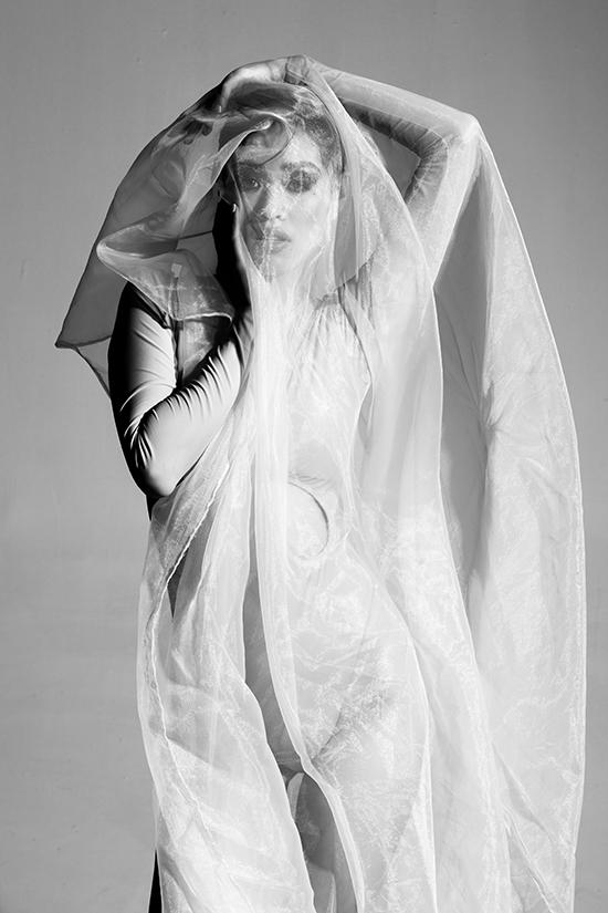 Ở một bức hình khác, cô thay đồ trắng, đội khăn như cô dâu. Hình đen - trắng tối giản nhưng đem lại hiệu ứng thị giác cao.