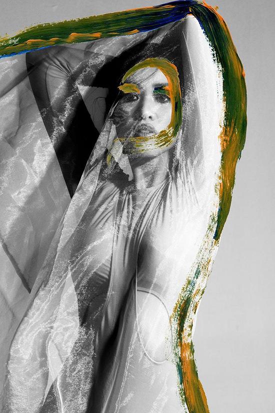 Hoa hậu xuất hiện trên tạp chí dành cho các nhiếp ảnh gia, người yêu nghệ thuật, thời trang. More than just a curve có mặt cùng với 13 bộ ảnh khác đến từ nhiều quốc gia.