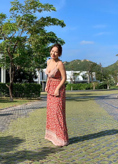 Bước sang tuổi 37, nữ ca sĩ Sao Mai điểm hẹn mang vẻ đẹp nữ tính và đằm thắm. Cô lựa chọn cách trang điểm tự nhiên và diện trang phục gợi cảm để khoe khéo hình thể gái một con.
