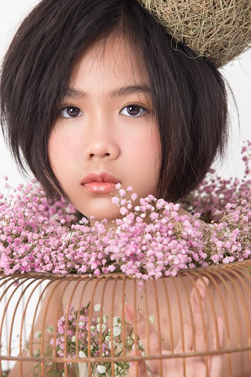 Để chuẩn bị cho show thời trang thiếu nhi mới, Khánh An và dàn mẫu Pinkids đã có buổi chụp ảnh với trang phục độc đáo từ hoa tươi.