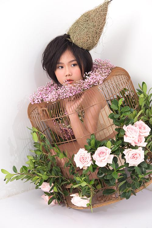 Bộ ảnh được thực hiện với sự hỗ trợ của nhiếp ảnh Nguyễn Dương, stylist Mẫn Ni - Minh Tâm, giám đốc sáng tạo Tân Hoa Tre, đạo diễn hình ảnh - kiến trúc sư Hoàng Trần, trang điểm - làm tóc Kian Nguyễn, video Khoa Nguyễn.
