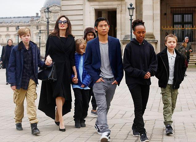 Angelina Jolie bên 6 con trong chuyến du lịch ở Pháp năm 2017.