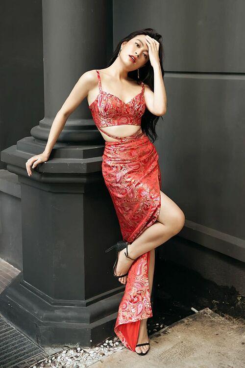 Trang phục cắt xẻ giúp ca sĩ Hoàng Thùy Linh khéo khoe vòng eo nhỏ xinh.