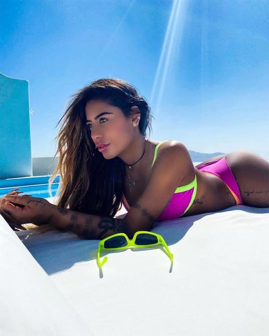 Chân dài 24 tuổi khoe đường cong trong bộ đồ bơi kết hợp hai màu hồng và xanh neon rực rỡ.