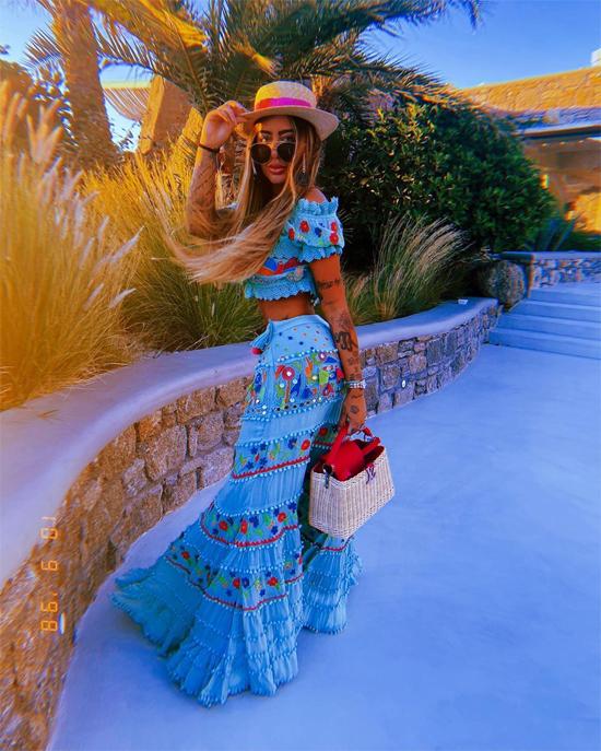 Người đẹp Brazil thường xuyên sử dụng trang phục màu rực rỡ tươi tắn trong kỳ nghỉ.