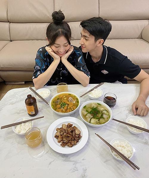 Diễn viên Bình An tình cảm bên bạn gái Phương Nga khi dùng bữa tối.