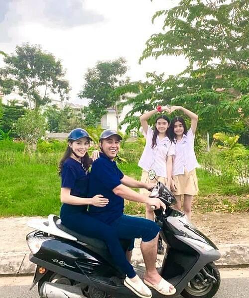 Vợ chồng Quyền Linh bên hai con gái.
