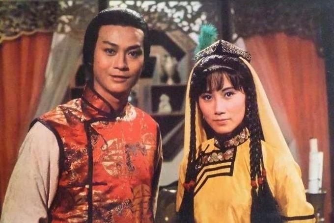 Hai nghệ sĩ gạo cội Trịnh Thiếu Thu (trái) và Uông Minh Thuyên từng tám lần nên duyên trên màn ảnh TVB. Thời hoàng kim của sự nghiệp thập niên 1970, họ từng diễn vai tình nhân trong các phim Tam ti hội thẩm Ngọc Đường Xuân (1974), Tử thoa ký (1975), Thư kiếm ân cừu lục (1976 - ảnh), Bảo liên đăng (1976), Ỷ Thiên Đồ Long ký (1978), Sở Lưu Hương (1979). Năm 1988, hai nghệ sĩ tái hợp trong Đại đô hội. Lần cuối Trịnh Thiếu Thu diễn cặp với Uông Minh Thuyên là trong phim Cuộc chiến khốc liệt (2004), khi cả hai đều ở tuổi U60.