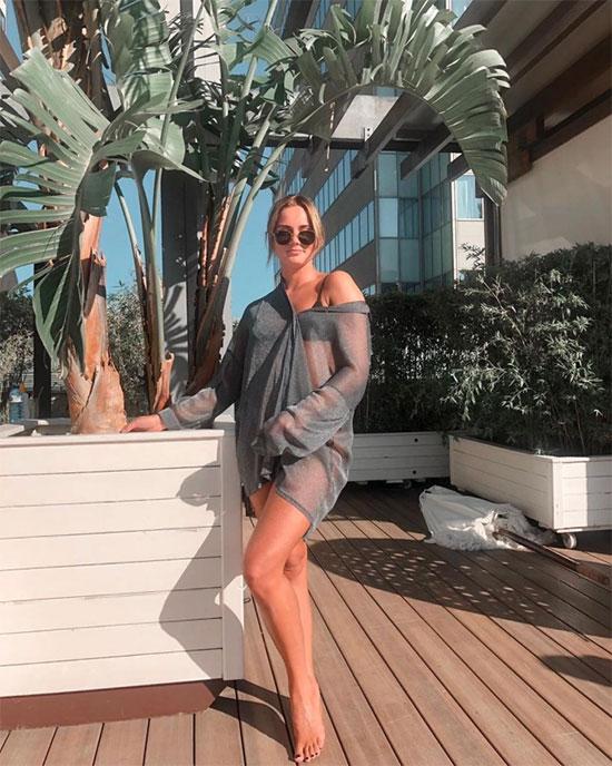 Bạn gái tân binh MU là con gái đầu của cựu danh thủ đồng hương Dennis Bergkamp. Estelle rất háo hức trở lại Anh nơi cô trải qua tuổi thơ ngọt ngào khi bố khoác áo Arsenal. Van de Beek và ái nữ huyền thoại Pháo thủ hẹn hò được một năm.