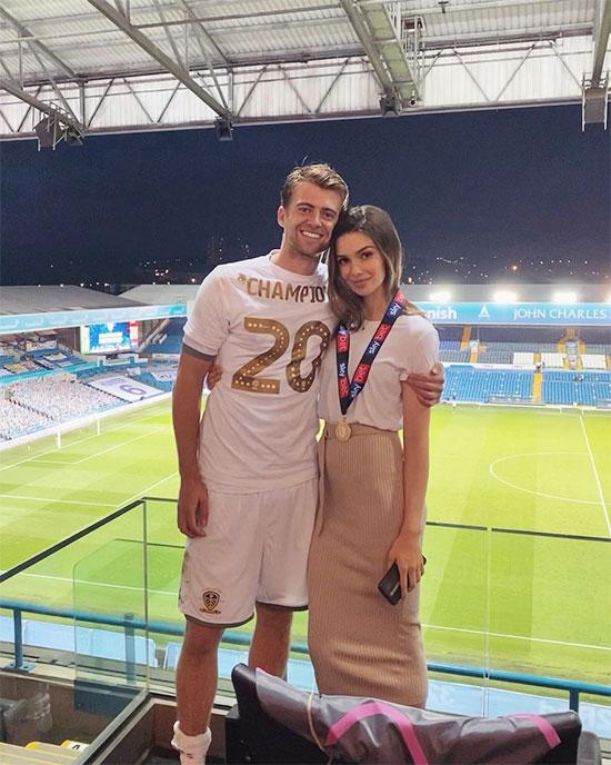 Tiền đạo Patrick Bamford của Leeds United hãnh diện bên bạn gái người mẫu Michaela Ireland trong ngày đội được thăng hạng sau 16 năm.