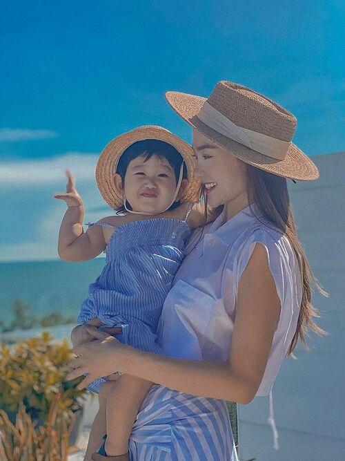 Ca sĩ Minh Hằng và cháu gái diện đồ ton sur ton khi đi chơi biển.