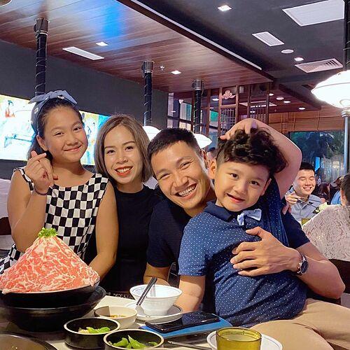 Mạnh Trường mừng sinh nhật tuổi 35 bên vợ và hai con.