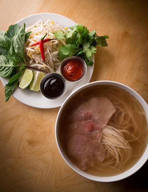 Tiệm phở Canada bị ném đá vì chế nhạo ẩm thực Việt