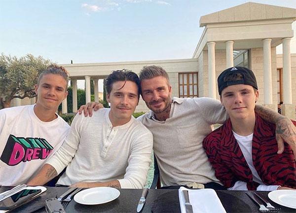 Romeo bên anh cả Brooklyn, bố và em trai Cruz trong kỳ nghỉ của gia đình ở Hy Lạp. Sau khi Brooklyn thông báo đính hôn với người đẹp Nicola Peltz, cậu hai Romeo cũng bị các fan hỏi chuyện hôn nhân dù còn rất trẻ.