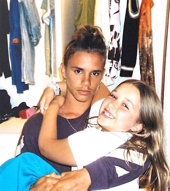 Romeo đón sinh nhật 18 tuổi hôm 1/9. Trong ngày đón tuổi mới, chàng trai nhà Becks gây chú ý với bức ảnh đang bế cô em gái Harper. Nhiều người nhận xét Romeo đúng là bản sao của mẹ Vic.