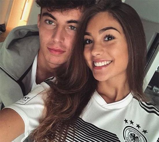 Tiền vệ 21 tuổi và người yêu là bạn thanh mai trúc mã. Sophia Webber cũng là fan của bóng đá, thường xuất hiện với trang phục truyền thống của tuyển Đức.