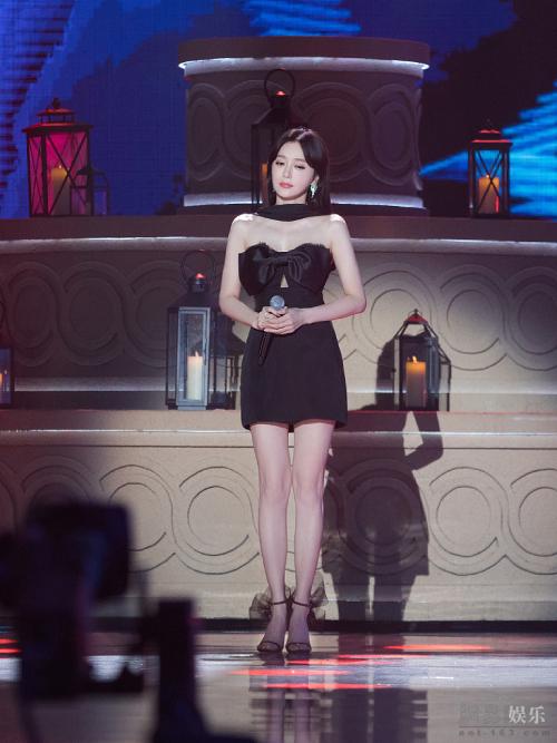 Bộ váy giúp tôn hình thể hoàn hảo của Tần Lam. Tuy nhiên nhiều khán giả lại nhận định rằng có thể bức ảnh đã qua chỉnh sửa, khiến Tần Lam đẹp không tì vết đến vậy.