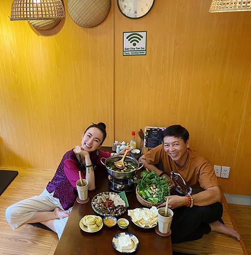 Sau hơn một tháng khai trương chi nhánh hai tại Quận 7, TP HCM, quán chay của Angela Phương Trinh nhận được nhiều phản hồi tích cực và luôn hút khách. Cô phải tăng thêm ca tối, bán từ 15h chiều đến 22h để phục vụ nhu cầu ăn chay cao trong tháng 7 âm lịch.