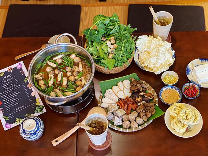 Ngoài các món ăn đồng giá, quán của Angela Phương Trinh còn phục vụ lẩu chay. Đây cũng là món ăn được nhiều thực khách yêu thích vì nước lẩu vừa miệng, rau củ tươi và hương vị khá đa dạng với lẩu thái chay, lẩu Tâm Đức chay, lẩu mắm chay...