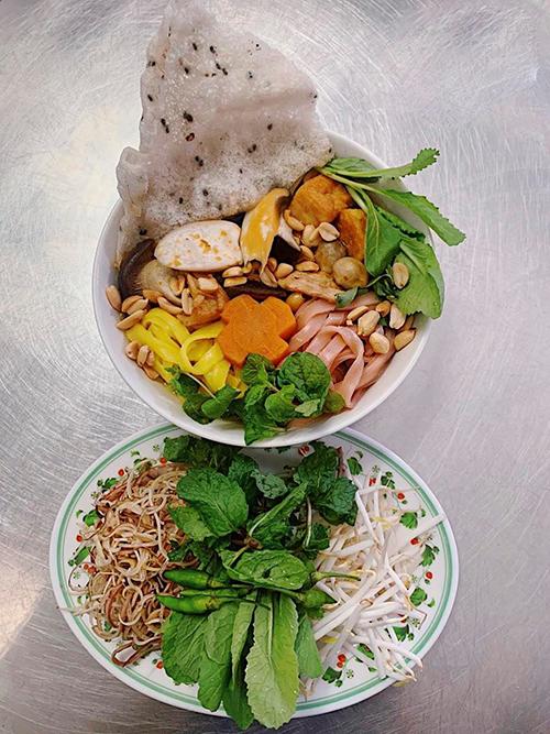 Sau các món bún bò, bún mắm, bún riêu, nui chay, Angela Phương Trinh còn giới thiệu thêm các món cà ri, mì quảng đều có giá 25.000 đồng.