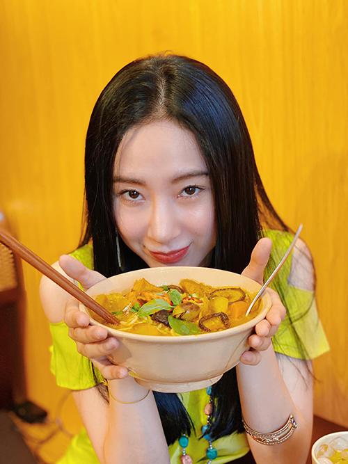 Ngoài sức hút cá nhân của Angela Phương Trinh thì điều khiến nhiều khách hàng yêu thích quán chay của cô vì các món ăn đều được bán đồng giá 25.000 đồng. Theo chia sẻ của nhiều thực khách, so với mặt bằng chung, giá cả ở đây khá rẻ và chất lượng lại không thua kém nhiều tiệm ăn có tiếng.