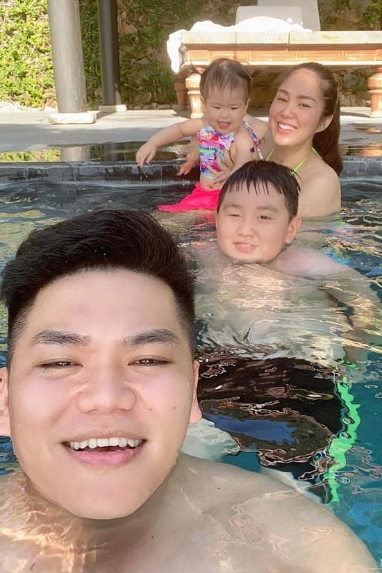 Cả gia đình thích thú đi bơi cùng nhau.