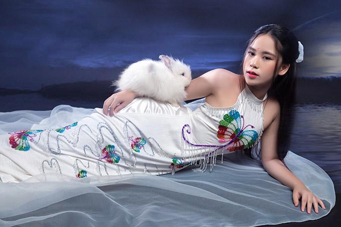 Đây là lần đầu Bella Vũ sắm vai nhân vật Hằng Nga xinh đẹp trong cổ tích. Ở tuổi 12, Hoa hậu nhí đã ra dáng thiếu nữ.