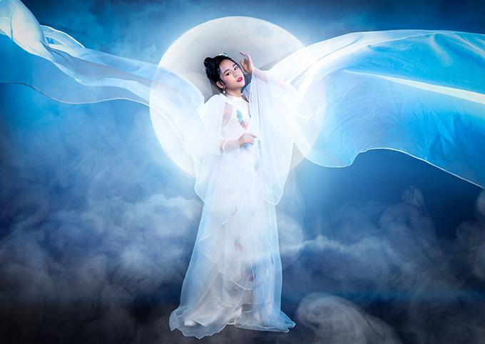 Cô bé diễn với bối cảnh trăng sáng mây khói bảng lảng huyền bí như trong đêm Trung thu.