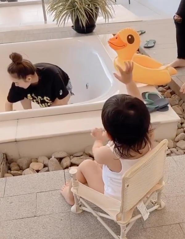 Cháu gái Minh Hằng ngồi xem cô dọn chiến tích sau buổi chụp hình của hai chị ngay bể tắm ngoài trời - một trong những dịch vụ được khách lưu trú yêu thích nhất khi nghỉ tại đây.