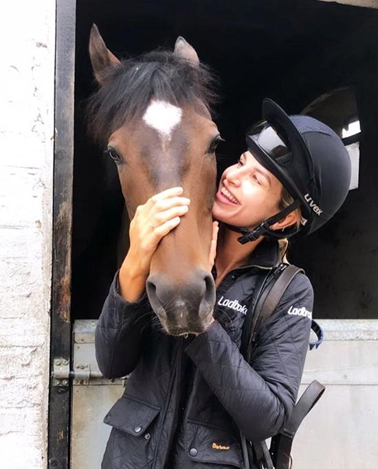 Các người đẹp mê chụp ảnh với ngựa - 14