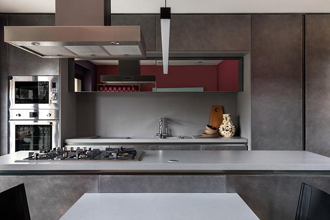 Căn bếp mang tông xám hiện đại.