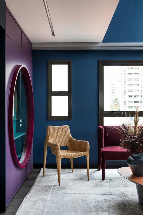 Phòng khách nhiều cửa sổ giúp tạo sự lưu thông không khí, đón được nhiều nắng tự nhiên vào nhà.