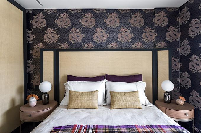 Phòng ngủ được trang trí với hoạ tiết rồng thiêng - một linh vật trong văn hóa phương Đông.
