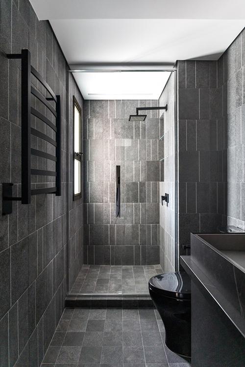 Phòng tắm chính được thiết kế giống các khu vực trong spa.