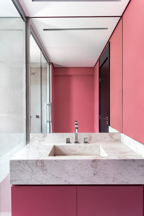 Một phòng vệ sinh khác mang tông hồng của căn hộ.