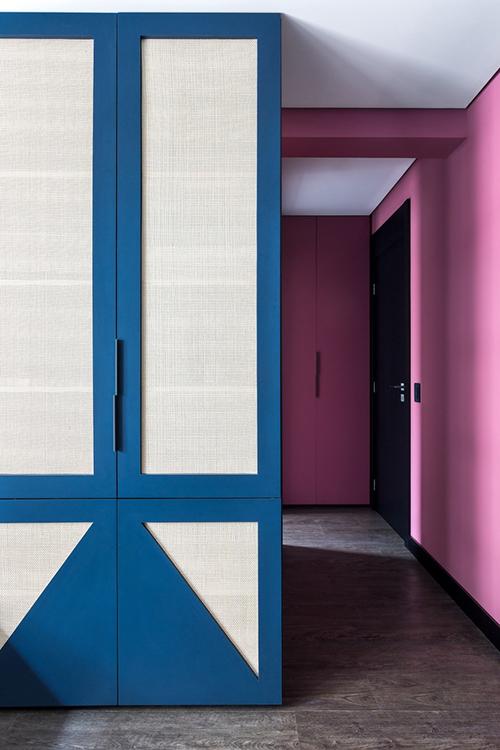 Căn hộ là kết quả từ cá tính mạnh mẽ của gia chủ, sự sáng tạo của công ty kiến trúc. Từng chi tiết, bố cục, màu sắc và từng đối tượng được thiết kế dành riêng cho không gian để tạo ra bố cục hài hòa, phong phú.
