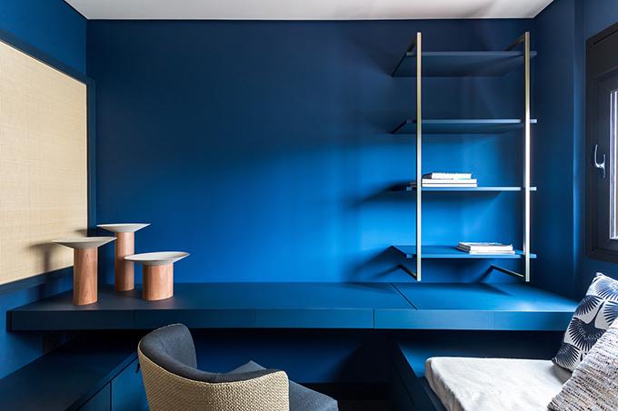 Phòng làm việc có nét tương đồng với phòng khách, đều mang tông màu đơn sắc, tối giản.